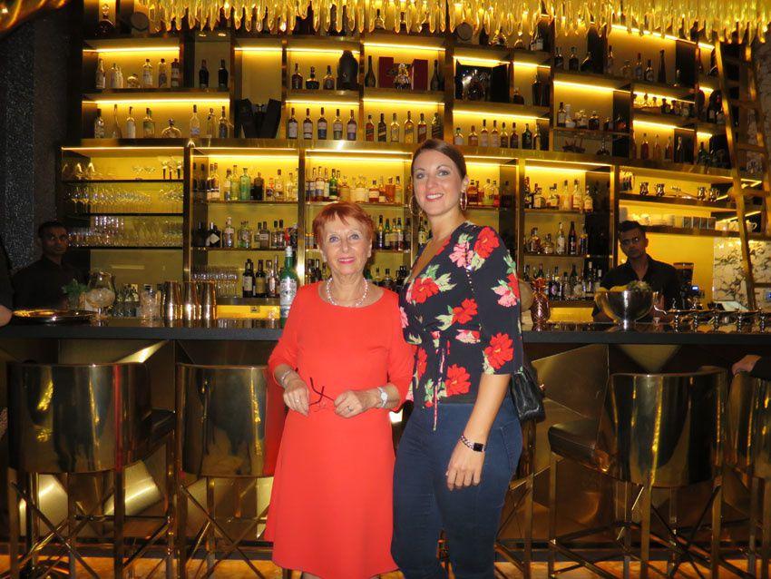 Avec l'équipe du bar puis avec Elizabeth.