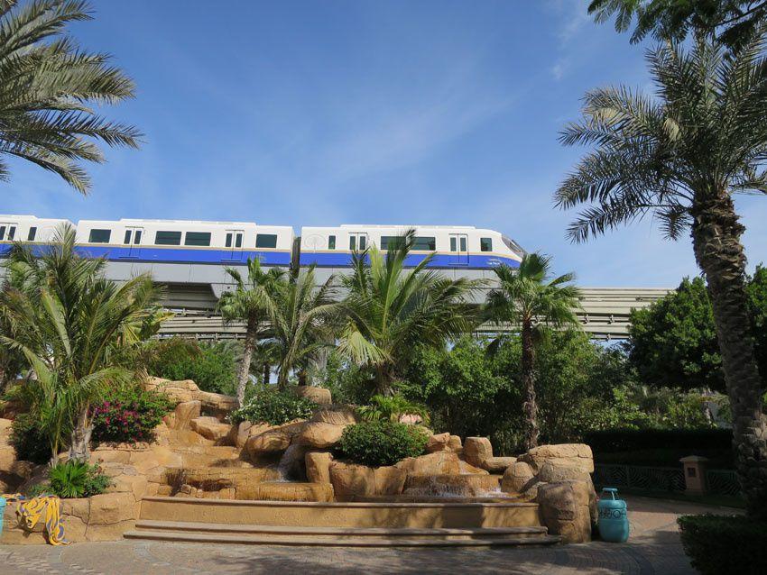 Immeubles du tronc du palmier vus du monorail. Ph. Delahaye.