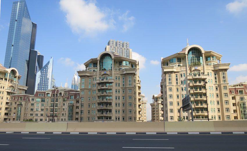Contraste de ces immeubles d'habitation avec les gratte-ciel du centre ville. Ph. Delahaye.