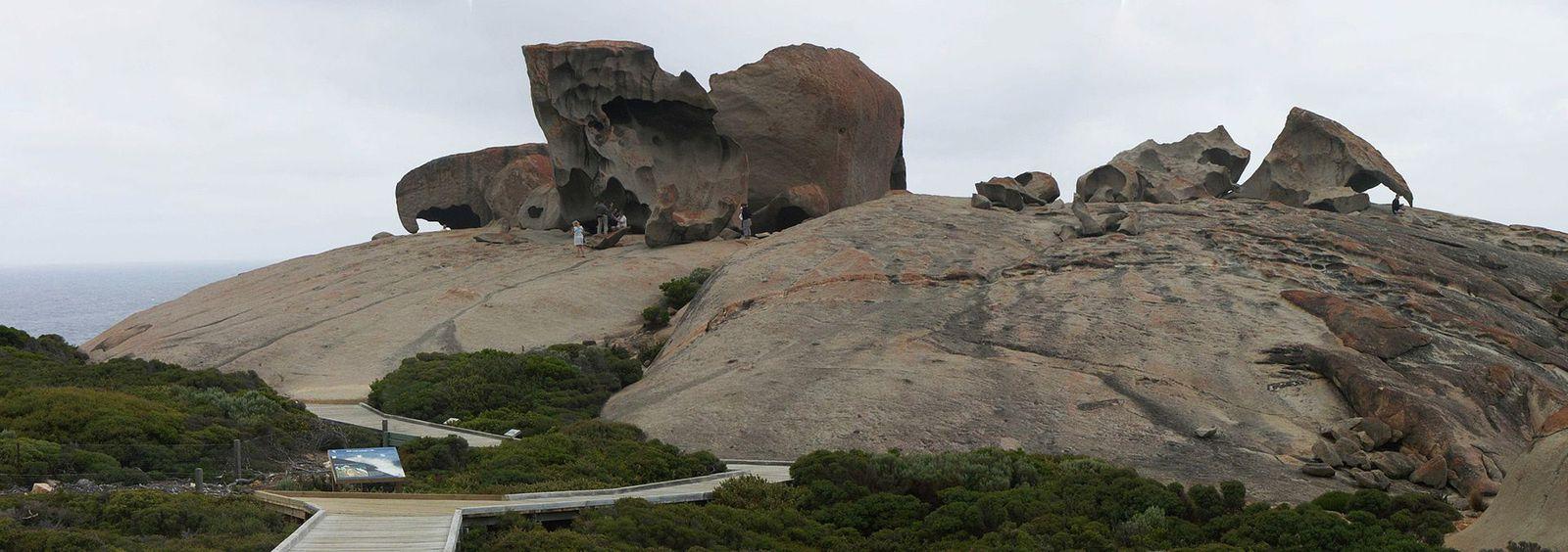 Les personnages donnent un aperçu de la dimension des rochers. Ph. Delahaye.