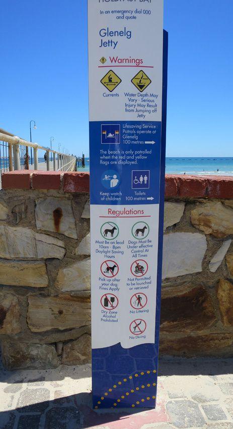 La ville au bord de la plage. Une jetée permet d'avancer sur la mer mais attention aux interdictions ! Dont l'alcool. Ph. Delahaye.