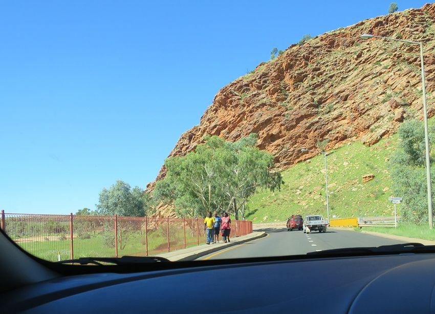 Aborigènes sur la route. Ph. Delahaye.