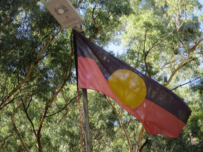 Le drapeau aborigène. Ph. Delahaye.