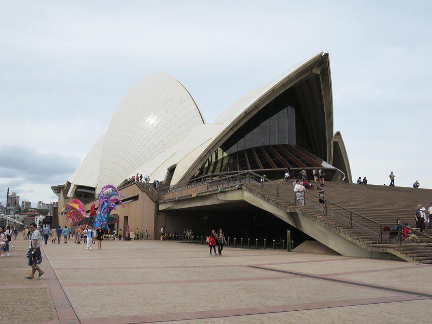 La toiture de l'opéra est composée de 1 056 006 tuiles de céramique blanche. Ph. Delahaye.