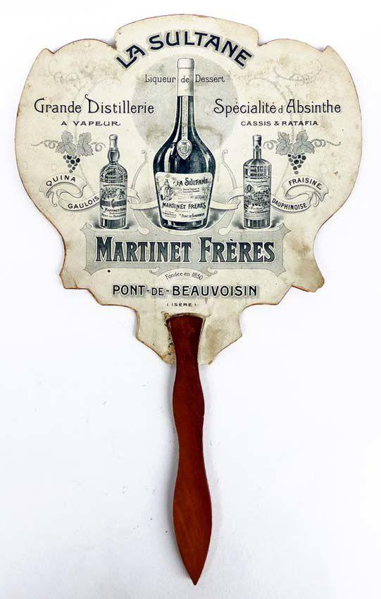 Éventail rigide pour la publicité de la liqueur La Sultane de Martinet Frères qui n'oublie pas cependant de mentionner son absinthe. Coll. Thuillier.
