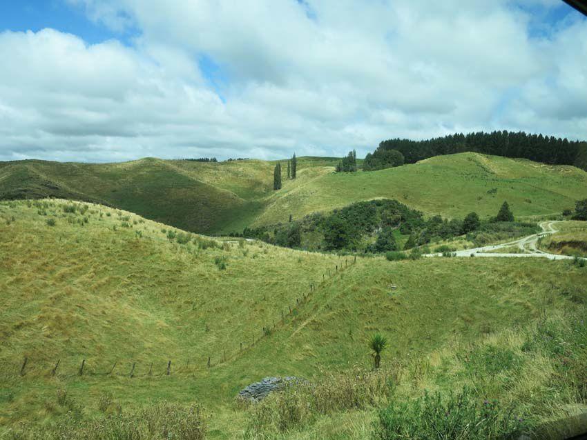 La route sinue à travers un paysage tourmenté. Ph. Delahaye.