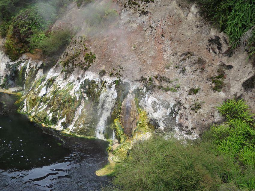 Détail de la roche formant la berge de la rivière. Dépôts de soufre (en jaune) et de kaolin (en blanc). Ph. Delahaye.