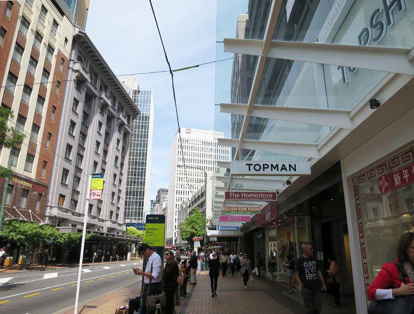 Rue aux trottoirs couverts de Wellington. Ph. Delahaye.