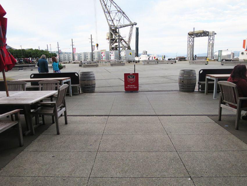 Si à la terrasse des cafés la consommation de bière est possible, l'alcool fort ne peut être servi qu'à l'intérieur. Un panneau explicite dit clairement que l'on ne peut boire au-delà. Il est également interdit de se promener avec des bouteilles d'alcool fort dans la rue. Ph. Delahaye.