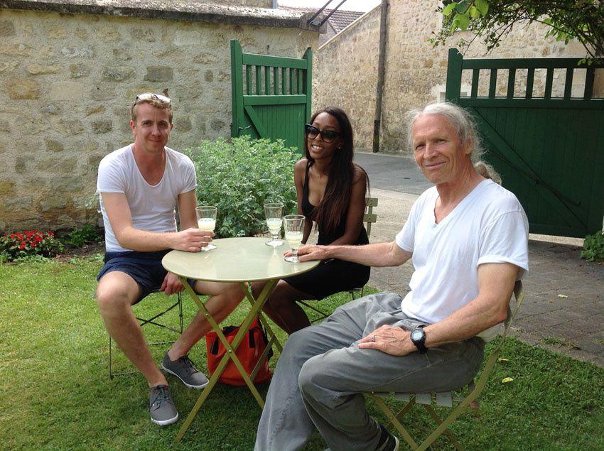 Éric Larsen à droite avec ses nouvelles connaissances faites au musée. Ph. Delahaye.