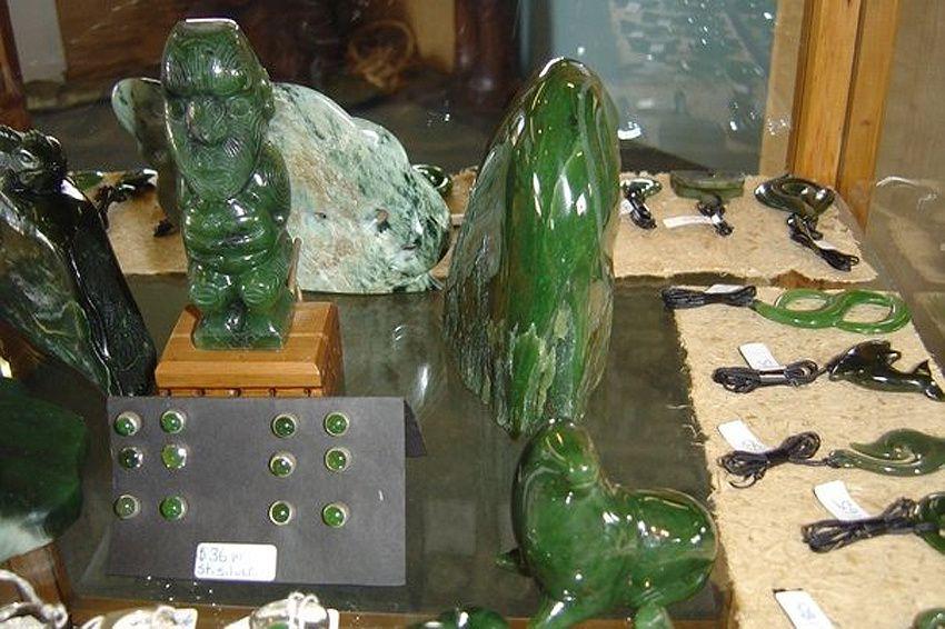 Sculptures et bijoux en jade.