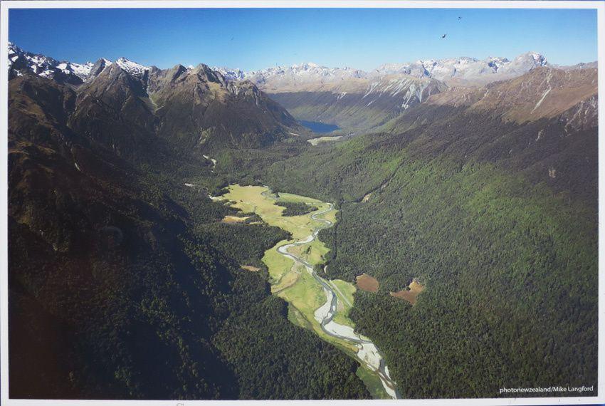 Photo aérienne montrant que la vallée résulte du retrait d'un glacier. DR.
