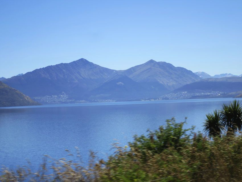 Le lac avec au loin sur la photo, Queenstown. Ph. Delahaye.