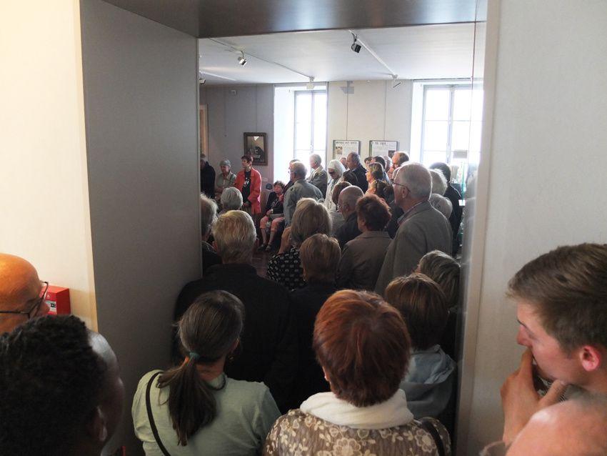 La foule se presse nombreuse pour écouter les explications de Laurène Mansuy, la directrice du musée. Ph. M. Galvez.