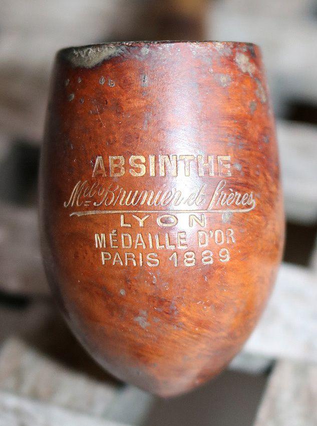 """Troisième modèle avec cette jolie pipe """"Absinthe Michel Brunier et frères - Lyon - Médaille d'Or Paris 1889"""". Tige et raccord en métal, tuyau en corne. Coll.et Ph. Carsten Joergensen."""