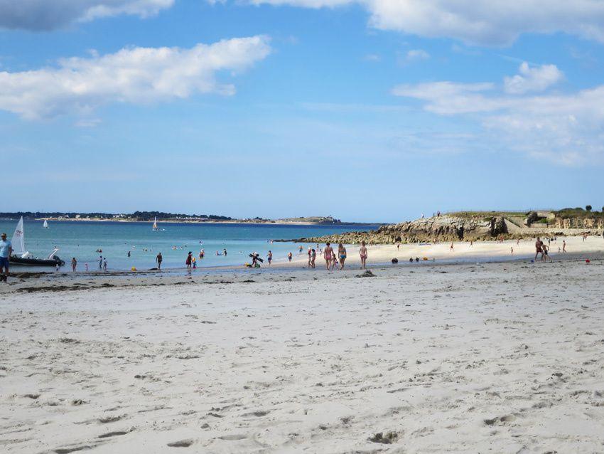 Depuis la plage, vue à droite de la route qui mène à la presqu'île de Quiberon. Ph. Delahaye.