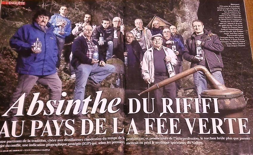 """Les 17 distillateurs regroupés en association, unis contre l'IGP """"Absinthe du Val-de Travers"""". Réunis autour de la Fontaine à Louis à l'entrée des gorges de la Poeta-Raisse, chacun présente sa production. Ph. Julie de Tribolet."""