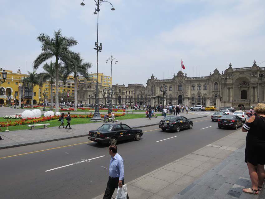 Le Palais du Gouvernement, vu depuis la cathédrale. Ph. Delahaye.