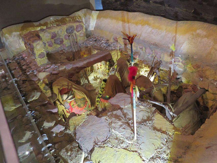 Tombes avec des momies en position fœtale. Des objets de la vie quotidienne les accompagnent. Musée national de Lima. Ph. Delahaye.