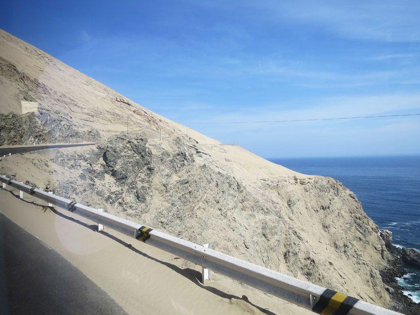 La route en abrupt au-dessus de l'océan. Ph. Delahaye.