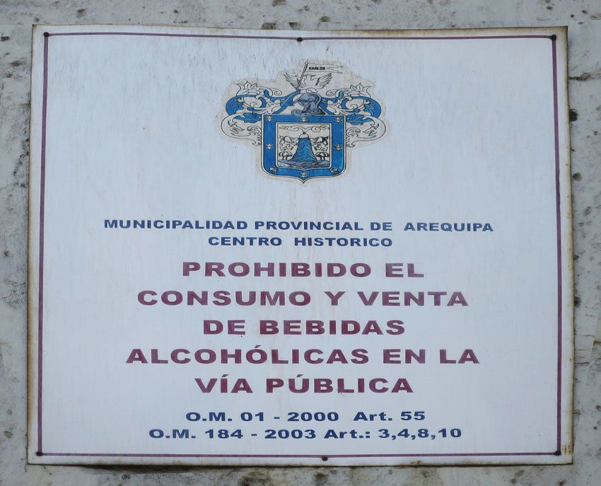 Panneau apposé sur un mur interdisant la consommation et la vente d'alcool sur la voie publique. Ph. Delahaye.
