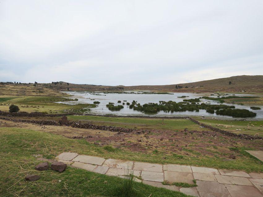 Vue de la lagune et du village depuis le site. Ph. Delahaye.