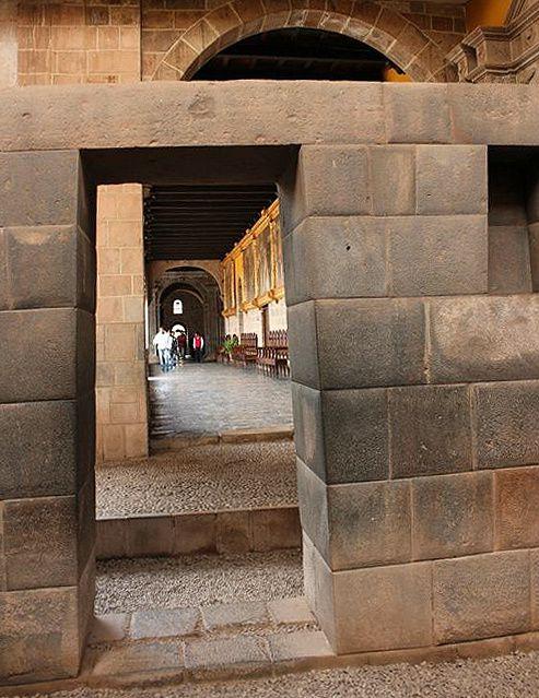 Passage du Temple du Soleil au Couvent Saint Dominique. Ph. Delahaye.