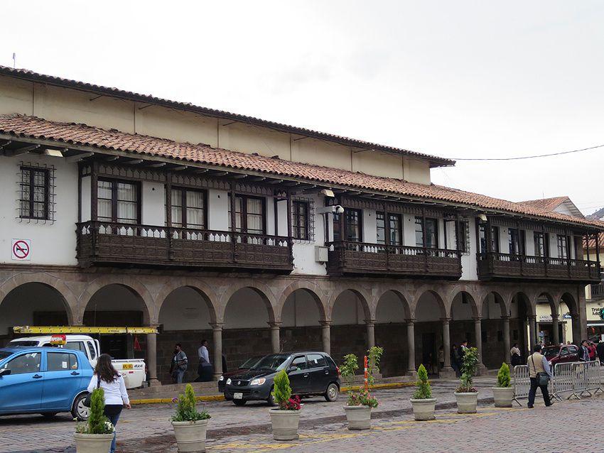 Les arcades avec les balcons de style colonial entourant la Place d'Armes. Ph. Delahaye.