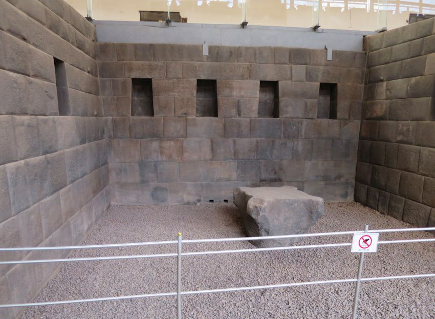 Les temples consacrés aux divinités. Les niches étaient réservées aux momies des nobles qui étaient exposées. Ph. Delahaye.