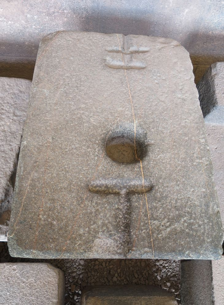 Joseph explique comment les incas faisaient des trous dans les pierres avec des outils en pierre. Ph. Delahaye.