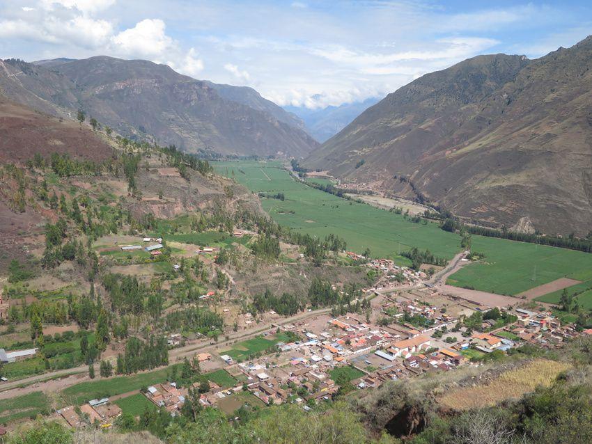 Pisac dans la Vallée Sacrée avec les terrasses agricoles sur les hauteurs. Ph. Delahaye.