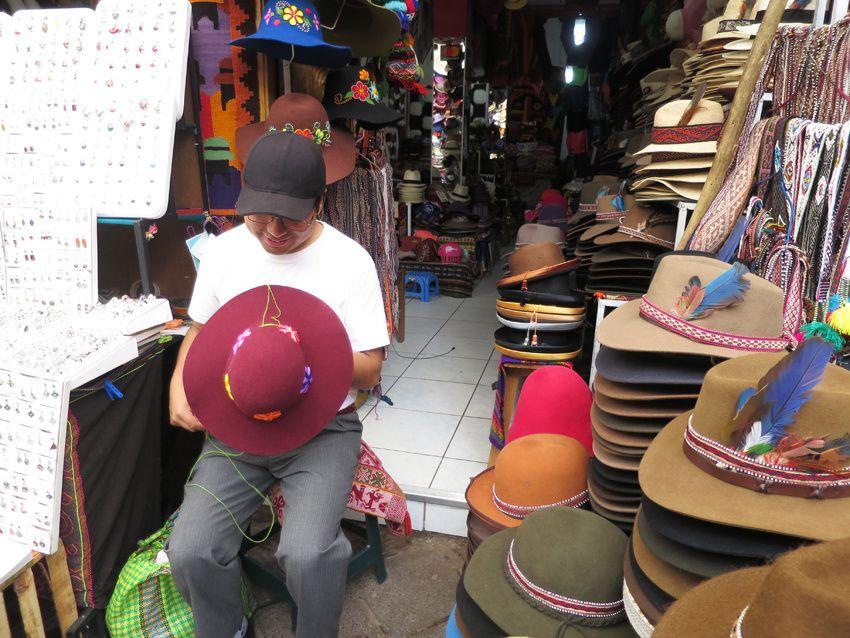 La section des chapeaux. La broderie est faite par le garçon. Ph. Delahaye.