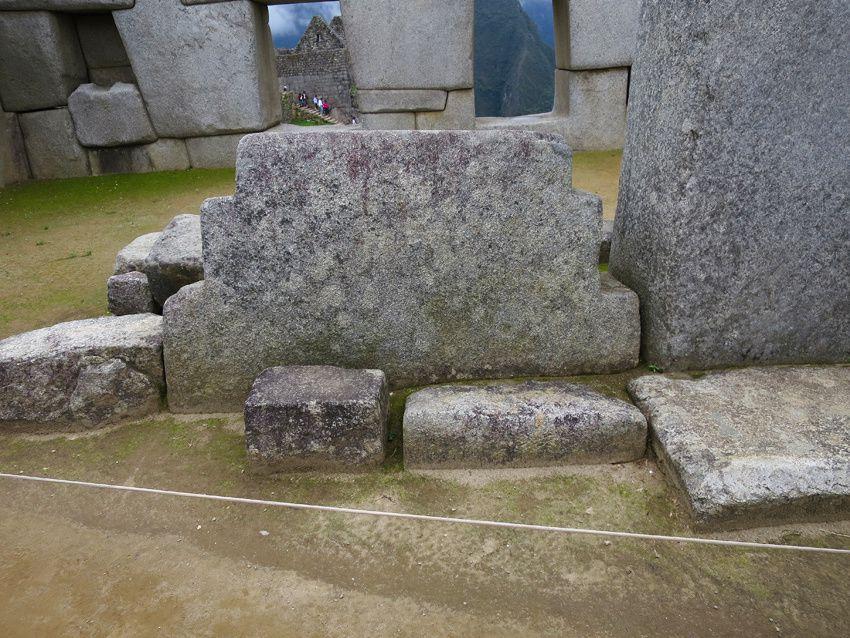 Une pierre taillée en demi croix andine. Le 21 juin, l'ombre portée forme toute la croix. Cette ombre représente le monde inconnu. Ph. Delahaye.