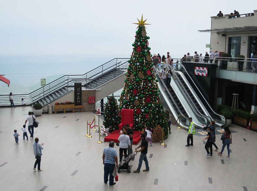Dans le centre commercial, tout annonce déjà Noël. Ph. Delahaye.