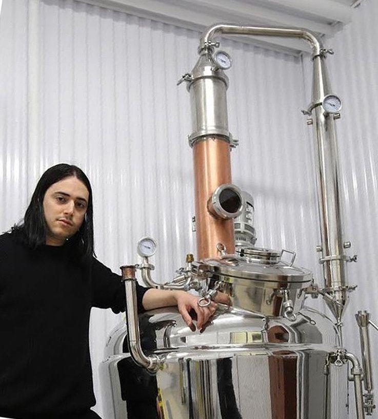 Depuis, Jean-Philippe s'est équipé d'un superbe alambic et a suivi une formation de distillateur au Québec avec un brasseur qui est également maître distillateur. Il travaille en collaboration avec des ingénieurs pour ce qui est de la maintenance de tous les équipements. Ph. Doyon.