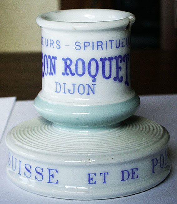 Pyrogène Léon Roquet. Hauteur 87 mm. Diamètre de la base : 90 mm. Inscriptions sur le le réceptacle : Liqueurs-Spiritueux Léon Roquet Dijon. Coll. Triboulot.
