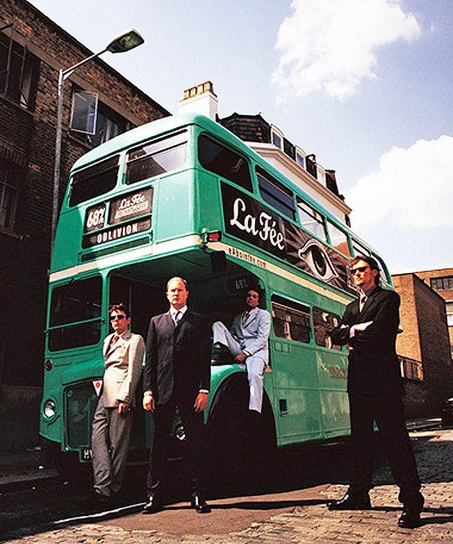 George et ses amis de la première heure. De gauche à droite : John Moore, musicien; Gavin Pretor-Pinney et Tom Hodgkinson, journalistes. 1999. Ph. Green Utopia.