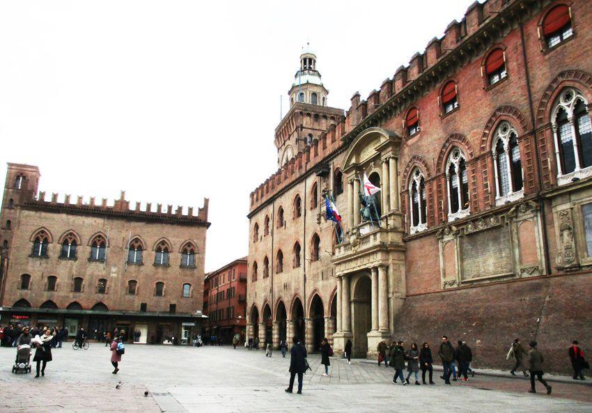 Le palais d'Accursius. Au fond, le palais des Notaires de 1381. Ph. Delahaye.