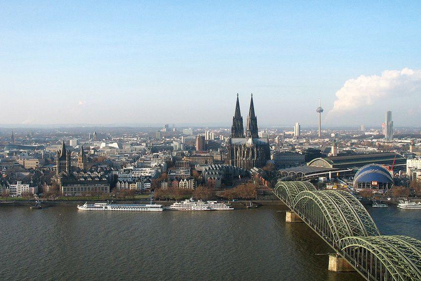 Panorama de la ville de Cologne avec en premier plan le pont Hohenzollern et le Dom. Ph. Guy Patry.