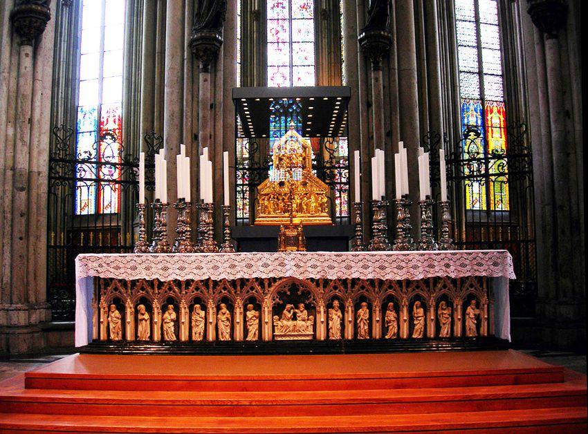 L'autel médiéval et la châsse des Rois Mages. Ph. Dmthoth.