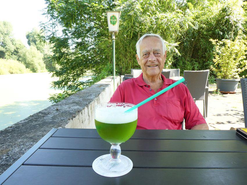 Non, ce n'est pas de l'absinthe mais une bière spéciale à l'aspérule, une plante aux nombreuses propriétés médicinales. Particularité de cette bière, elle se boit avec une paille ! Ph. Delahaye.
