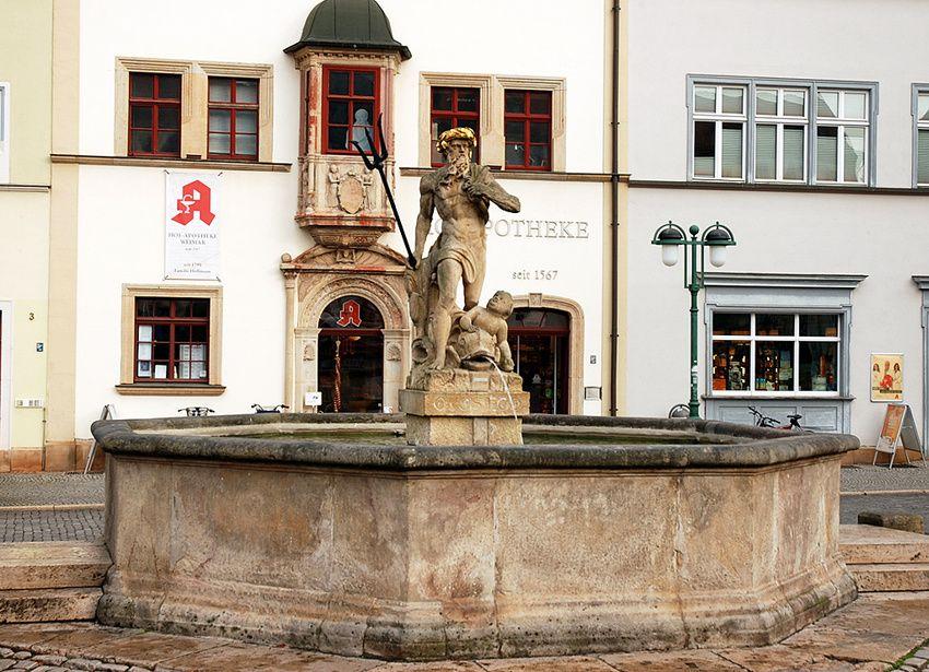 La fontaine de Neptune. Dès qu'il y a de l'eau fraîche, on pense à l'absinthe ! Ph. Delahaye.