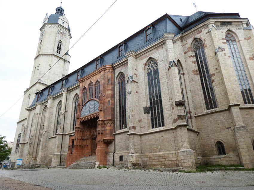 Petite rue qui mène à l'église Saint-Michel. Ph. Delahaye.
