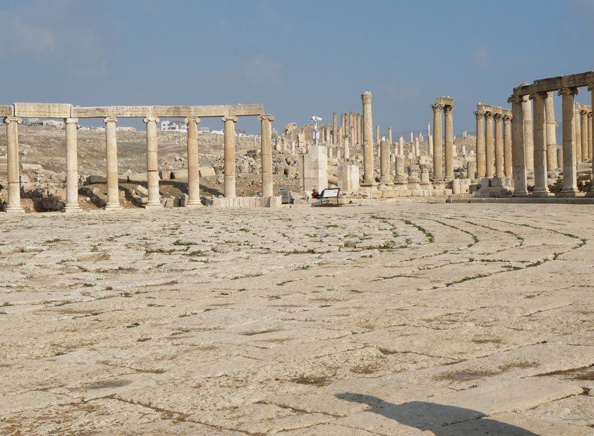 Extrémité de la Place ovale ouverte sur le Cardo, rue principale bordée de colonnes. Ph. Delahaye.