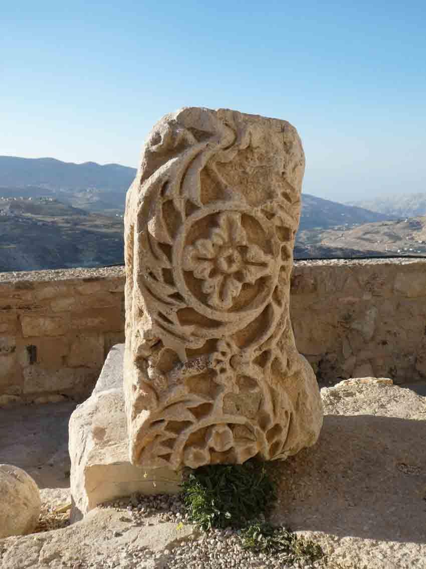 Pierre gravée montrant que le site de Kérak avait été auparavant occupé par les Nabatéens. Ph. Delahaye.