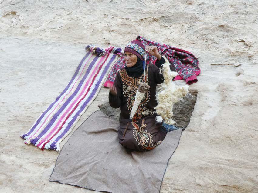 Bédouine filant la laine. Ph. Delahaye.