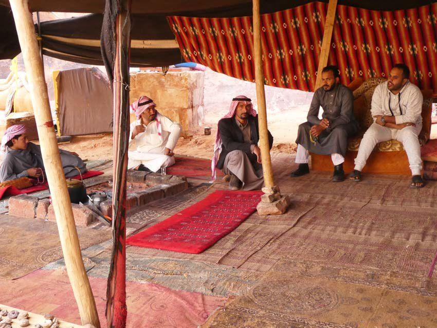 Tente de bédouins et artisanat près de la maison. Ph. Delahaye.