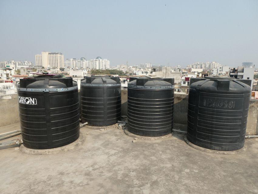 Citernes de 750 litres sur la terrasse. Ph. Delahaye.