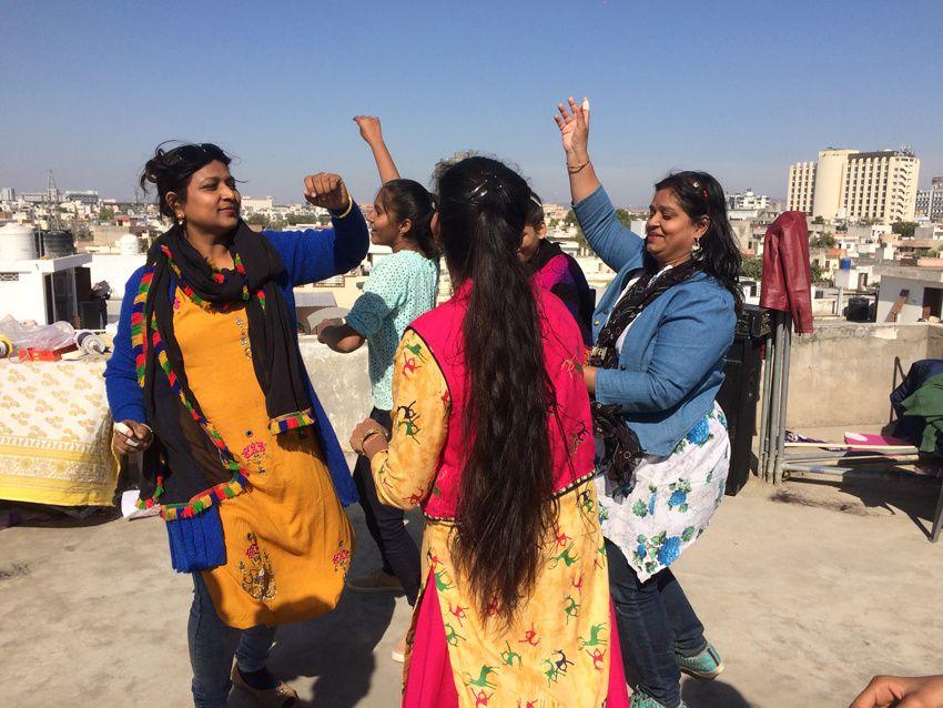 Les femmes dansent ensemble. Ph. Delahaye.