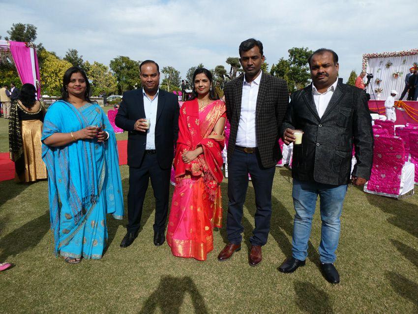 de gauche à droite : Anju, Sandeep, un couple d'amis et Sudhir le grand frère de Sandeep. Ph. Delahaye.